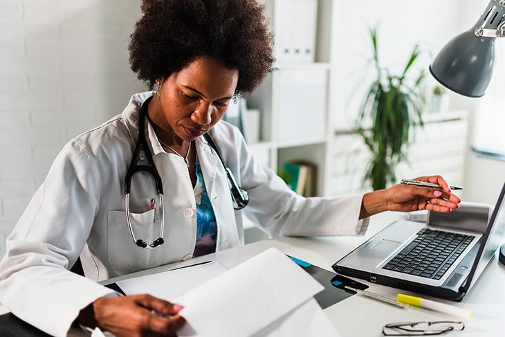 Como otimizar a área administrativa e alcançar a redução de custos em hospitais?